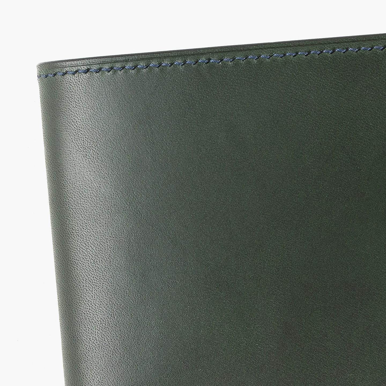スムースレザー「ブリランテ」と纏った二つ折り財布