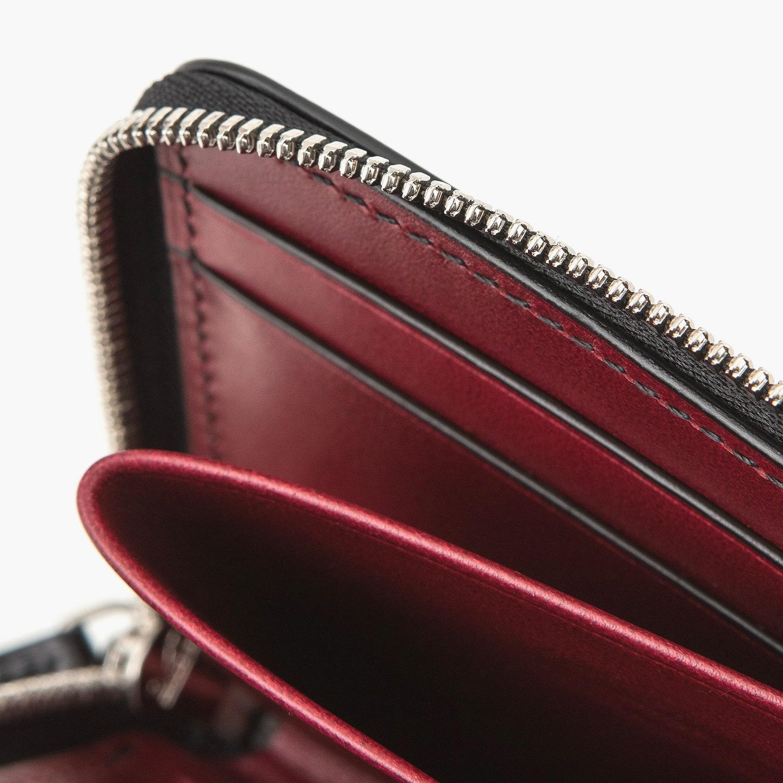 内装の中央に設けた小銭入れは、財布内で可動するユースフルな設計