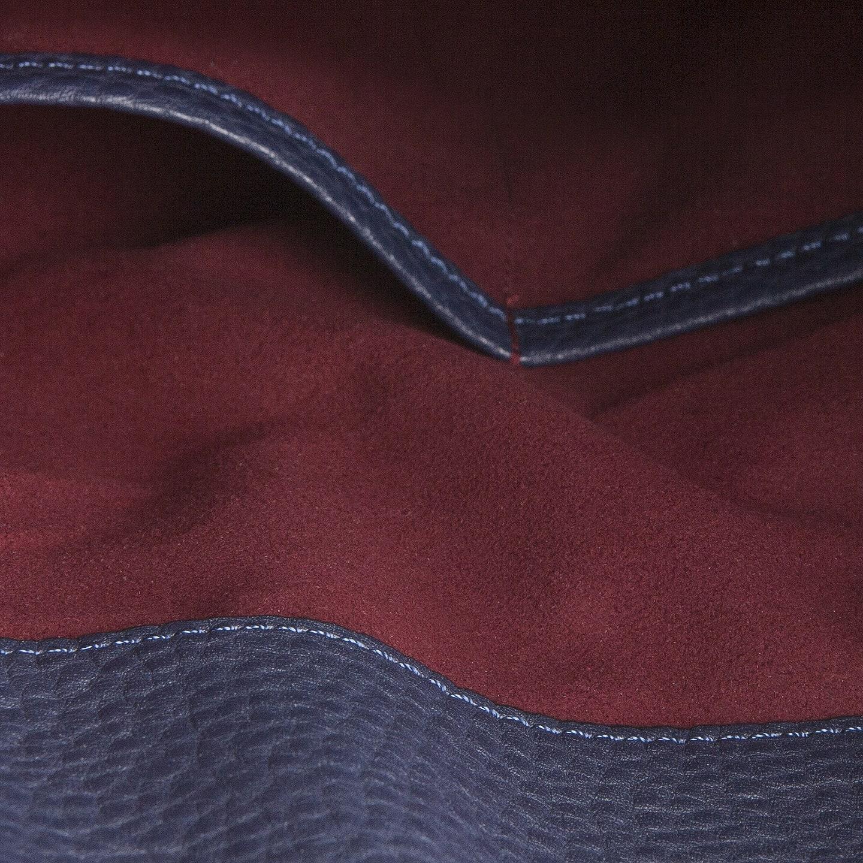 高級感のあるボルドーカラーの「マンメイドスエード(人工スエード)」を採用したクレバレスコのクラッチバッグ