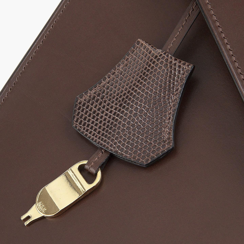 キーケースになる付属チャームは、錠前上部の「リザード」を上下逆さにした形状