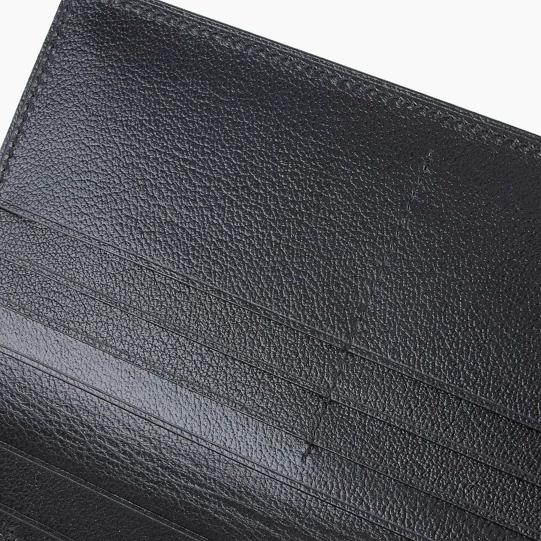 外装のリザードとの相性の良い型押しレザーを使用