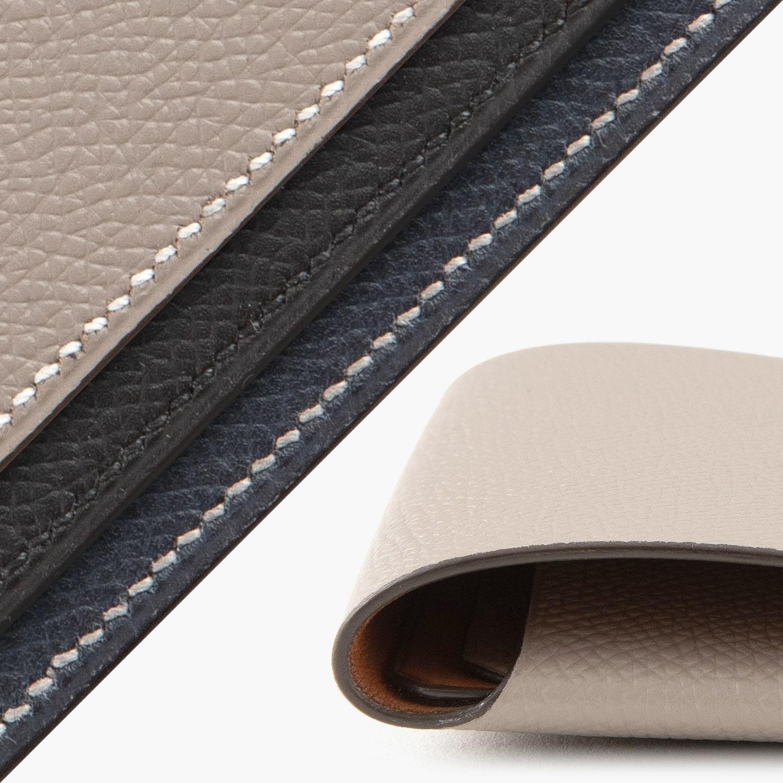 1点1点を手仕事で仕上げ、手縫いによる美しいステッチワークとともに、匠の職人技によるクラフト感を創出